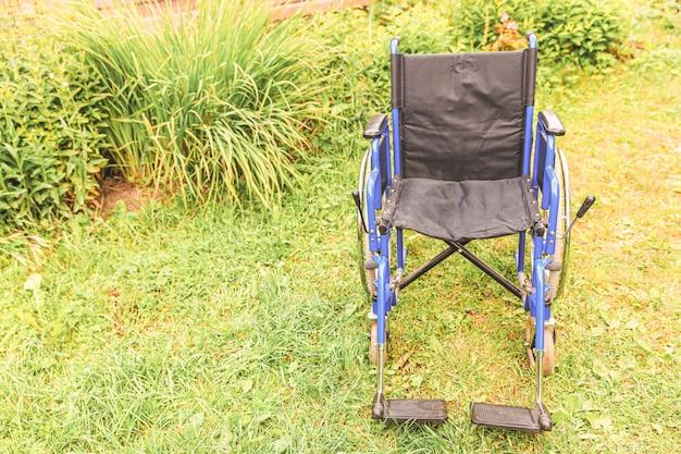 환자 서비스를 기다리는 병원 공원에 서있는 빈 휠체어