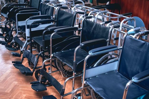 Пустые инвалидные коляски в больнице.