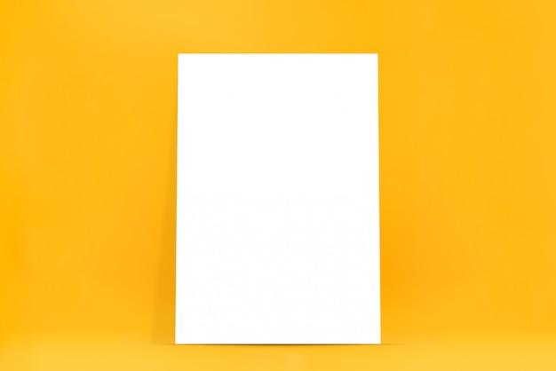 Пустой белый щит на желтом фоне