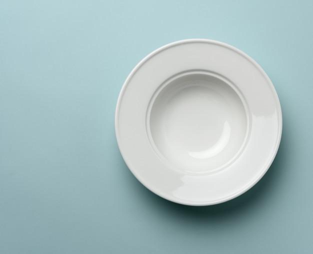 Пустая белая керамическая тарелка на столе