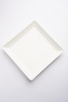 Пустая белая керамическая квадратная тарелка, изолированные на белом фоне
