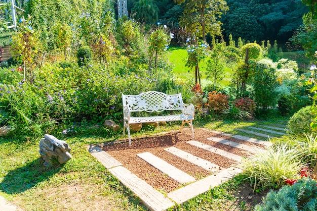정원에 있는 빈 흰색 의자