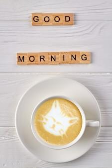 空の白いコーヒーカップの上面図。