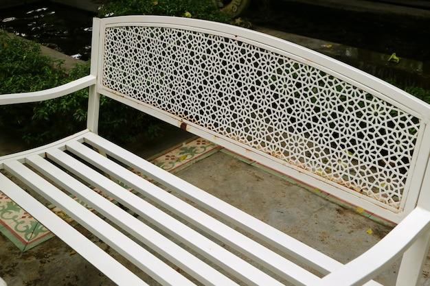 정원에서 빈 흰색 색된 철 벤치