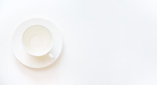 白い背景の上の空の白いカップ。セレクティブフォーカス。