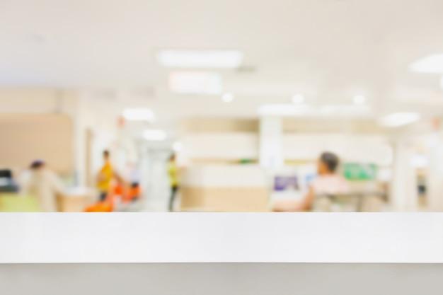 製品の表示のために、病院の背景をぼかす空の白い机