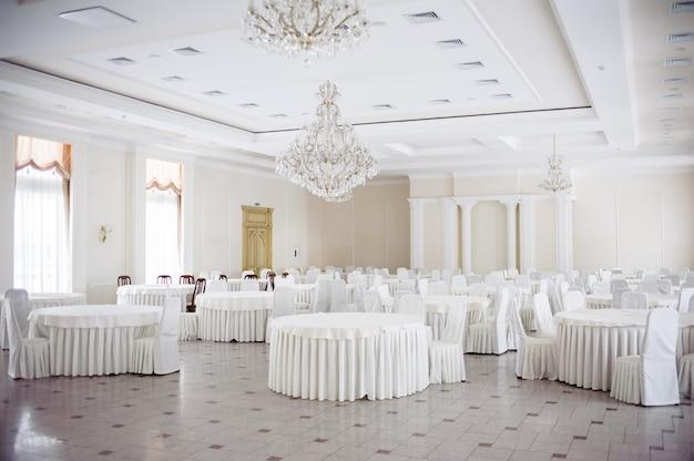 結婚式の宴会のための空の白いインテリア