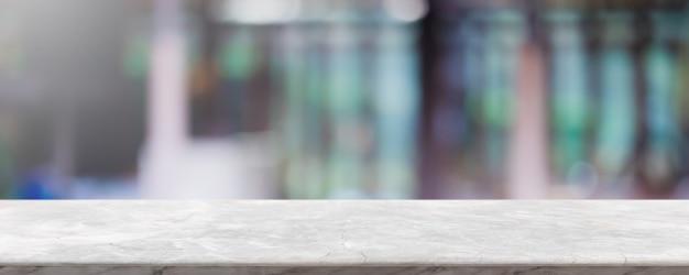Пустые белые мраморные каменные столешницы и размытия стеклянные окна интерьер ресторана баннер макет абстрактный фон