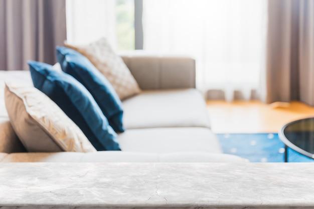 Пустая белая мраморная каменная столешница и размытая гостиная в домашнем интерьере с занавеской на окне