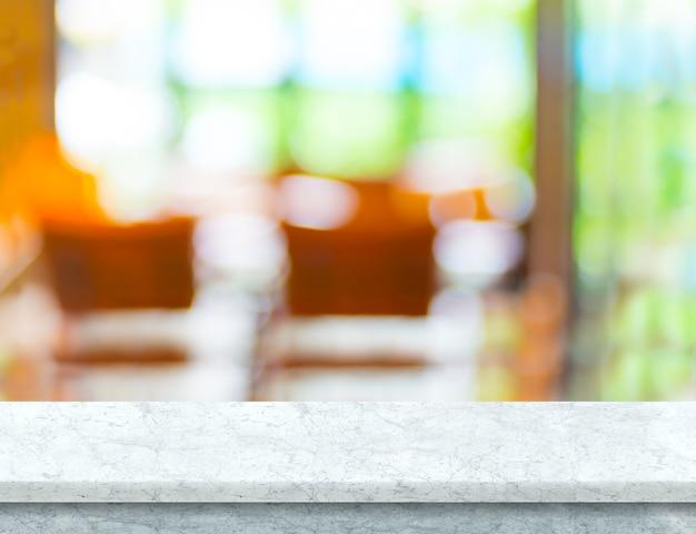정원에서 흐림 카페와 빈 흰색 대리석 테이블 탑