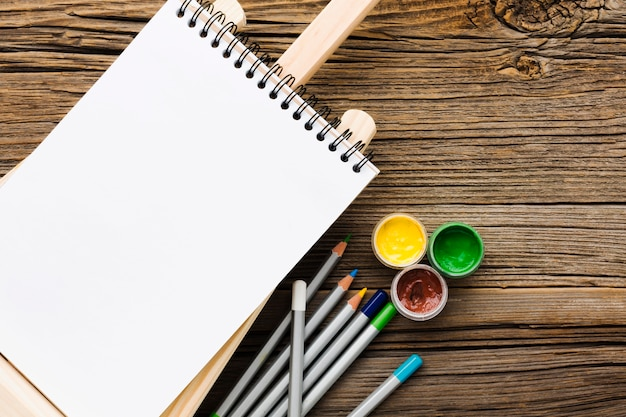 Пустой белый блокнот и карандаши