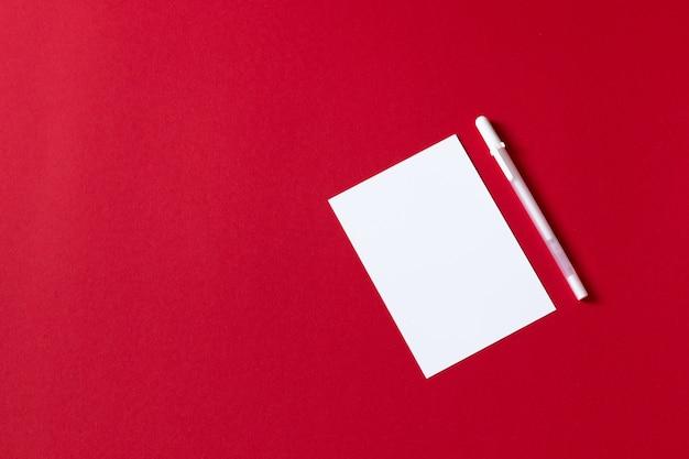 빨간색 배경에 고립 된 빈 백서 시트