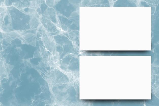 インディゴ大理石の背景に空の白い紙のシート