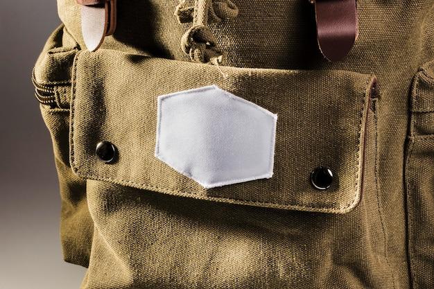 茶色のバックパックに空の白いパッチ