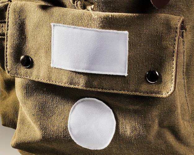 Пустые белые пятна на коричневом рюкзаке