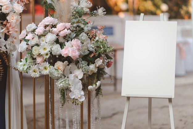結婚式のアーチのスタンドに空の白い写真表示板