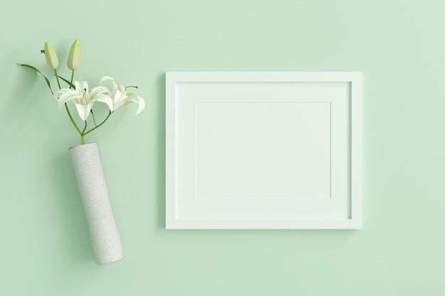 内部にテキストまたは画像を挿入するための空の白い額縁は、白い花でミントグリーンのパステルカラーに飾ります。