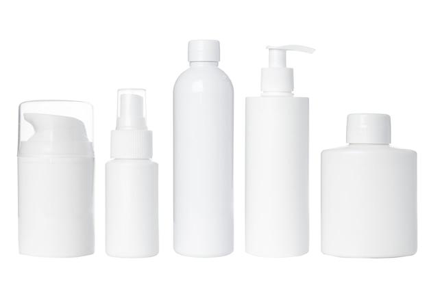 Пустые белые пластиковые бутылки для косметики, крема, лосьона, сыворотки, лекарств на белом фоне. изолированные