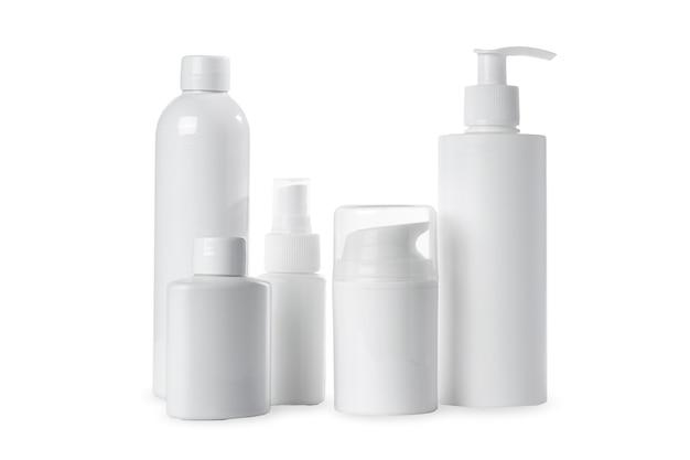 Пустые белые пластиковые бутылки для косметики на белом фоне. изолированные и макет