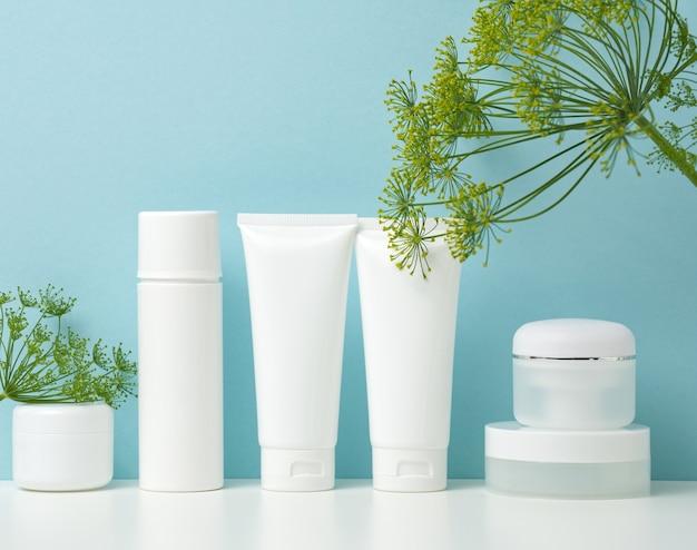 화장품용 빈 흰색 플라스틱 튜브와 항아리. 크림, 젤, 세럼, 광고 및 제품 판촉용 포장, 모형