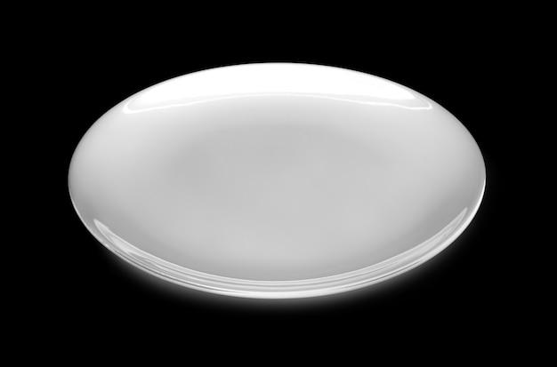黒に分離された空の白いプレート。