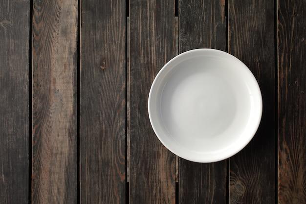 나무 로프트 테이블에 빈 흰색 접시