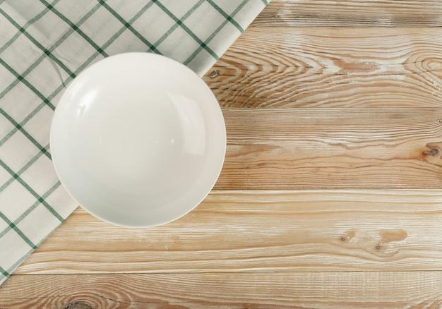 木製のテーブルトップビューの空の白いプレート