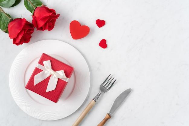 Пустая белая тарелка с посудой для концепции еды свиданий специального праздника дня святого валентина.
