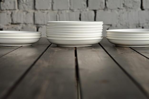 Пустые белые тарелки на деревянном чердаке