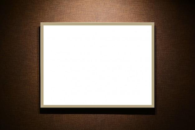 갈색 바탕에 빈 흰색 간판