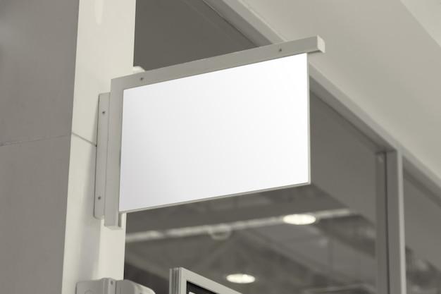 空の木製の壁に空の白い看板