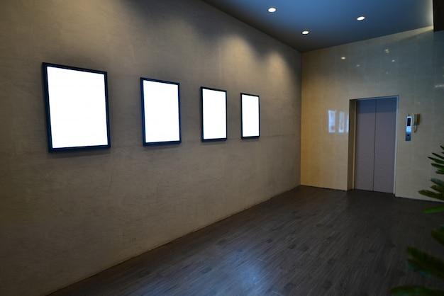 灰色の背景の空の白い看板 Premium写真