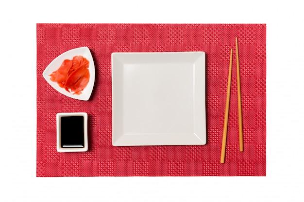 초밥 젓가락으로 빈 흰색 사각형 접시