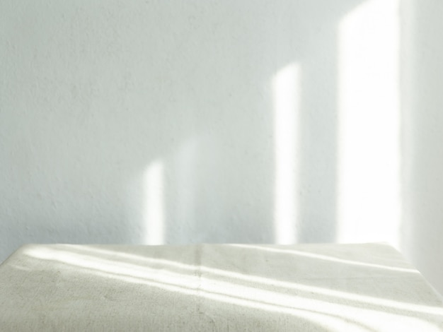 窓から差し込む日光のある空の白い壁-写真をオーバーレイする太陽光線の概念。