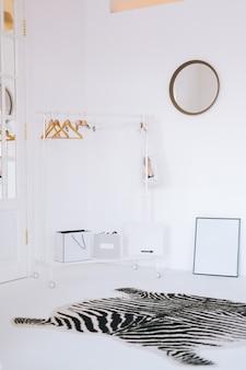 쇼핑백과 바닥 선반이있는 빈 흰색 옷장 방.