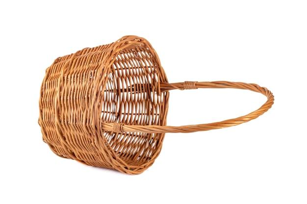 Пустая плетеная корзина для фруктов и овощей, изолированная на белом