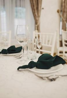 사교 행사에서 빈 와인 잔 장식. 실내 레스토랑 테이블