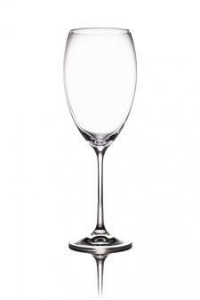 空のワイングラスのゴブレットは、鏡面に立っています。白い背景で隔離