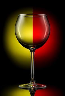色の背景に空のワイングラス。