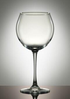白い背景の上の空のワイングラス。