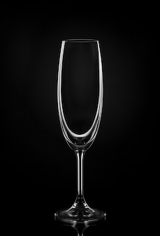 暗い壁に空のワイングラス