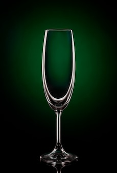 Пустой бокал на темном