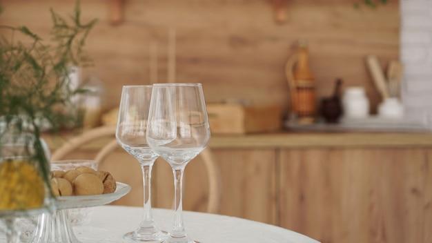 현대 부엌의 나무 인테리어에 빈 와인 잔. 따뜻한 브라운 톤의 스칸디나비아 스타일, 소박한 스타일