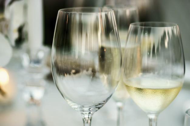 빈 와인 글라스와 화이트 와인으로 유리