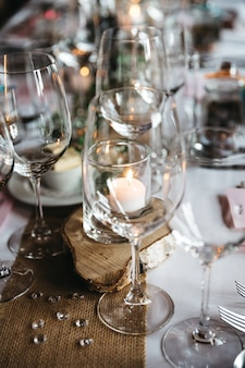 빈 와인 잔 및 기타 서빙 세부 사항은 휴일 테이블에 서 있습니다.