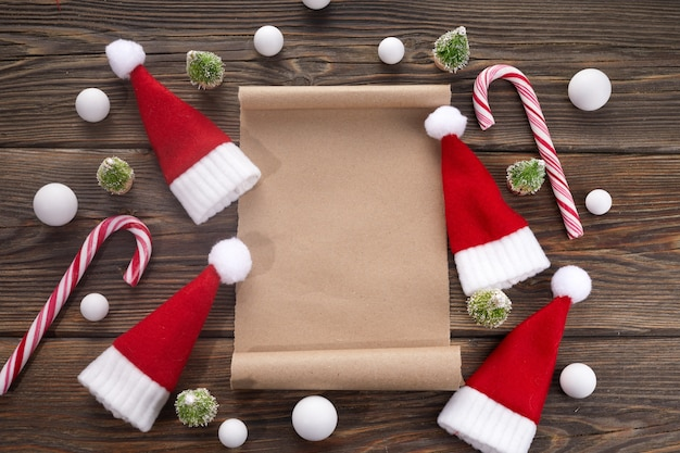 크리스마스 장식 나무 테이블에 산타 클로스에 대 한 빈 위시리스트.
