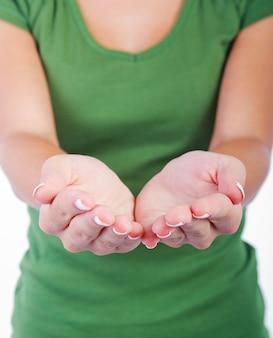 白い背景にある空の女性の手