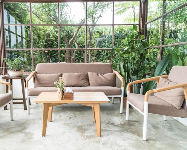 リビングルームの空の木製の椅子 無料写真