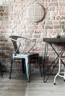 Пустой деревянный стул в ресторане