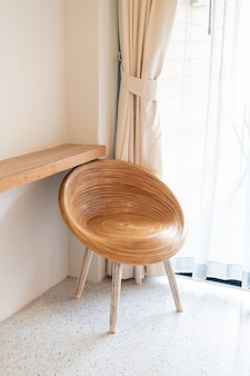部屋の隅にある空の木製の椅子